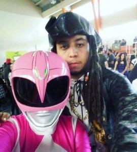 A foto foi tirada em um evento de anime, e as duas principais pessoas são Victor Gabriel, escritor e cosplayer, com o seu cosplay de Jack Sparrow, e a fotógrafa Dallila Virginio de cosplay de Power Ranger rosa.