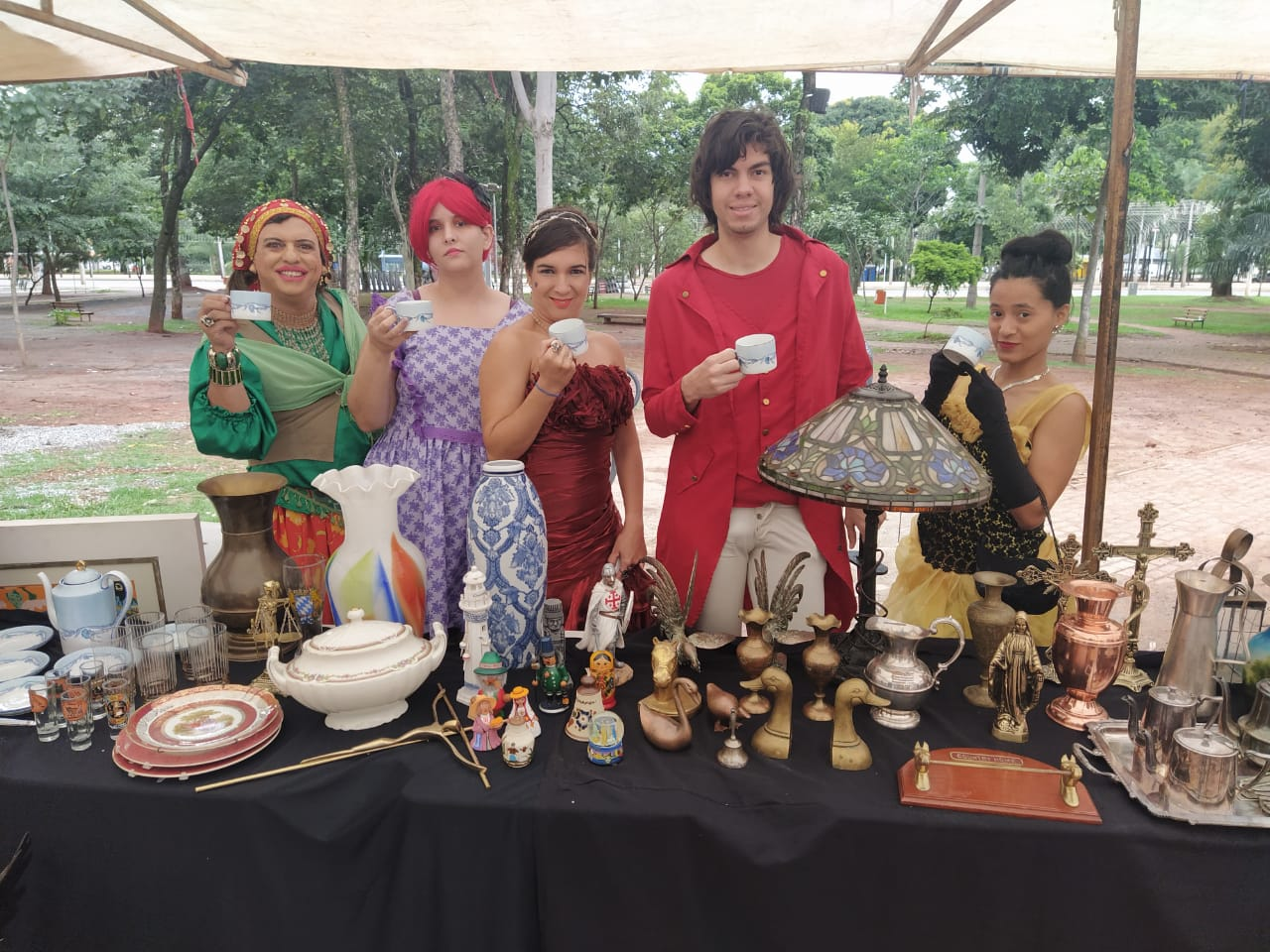 Feira de Antiguidades da Praça Tamandaré. Da esquerda pra direita: Condessa Valéria Vaz, Caroline Pinheiro, Valquíria Vital, King Arthur e Thaynara Crispim.