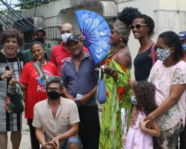 Ação solidária entrega flores, kits de higiene e alimentação para pessoas em situação de rua em Goiânia