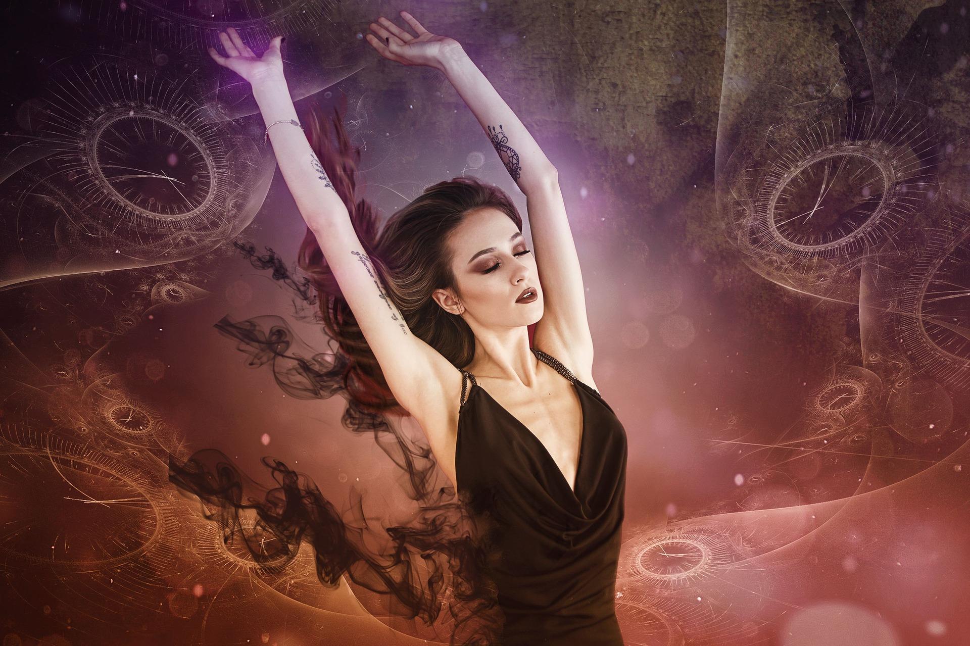 Imagem de Enrique Meseguer por Pixabay. Uma mulher, com o visual gótico, com um fundo inspirado no surrealismo.