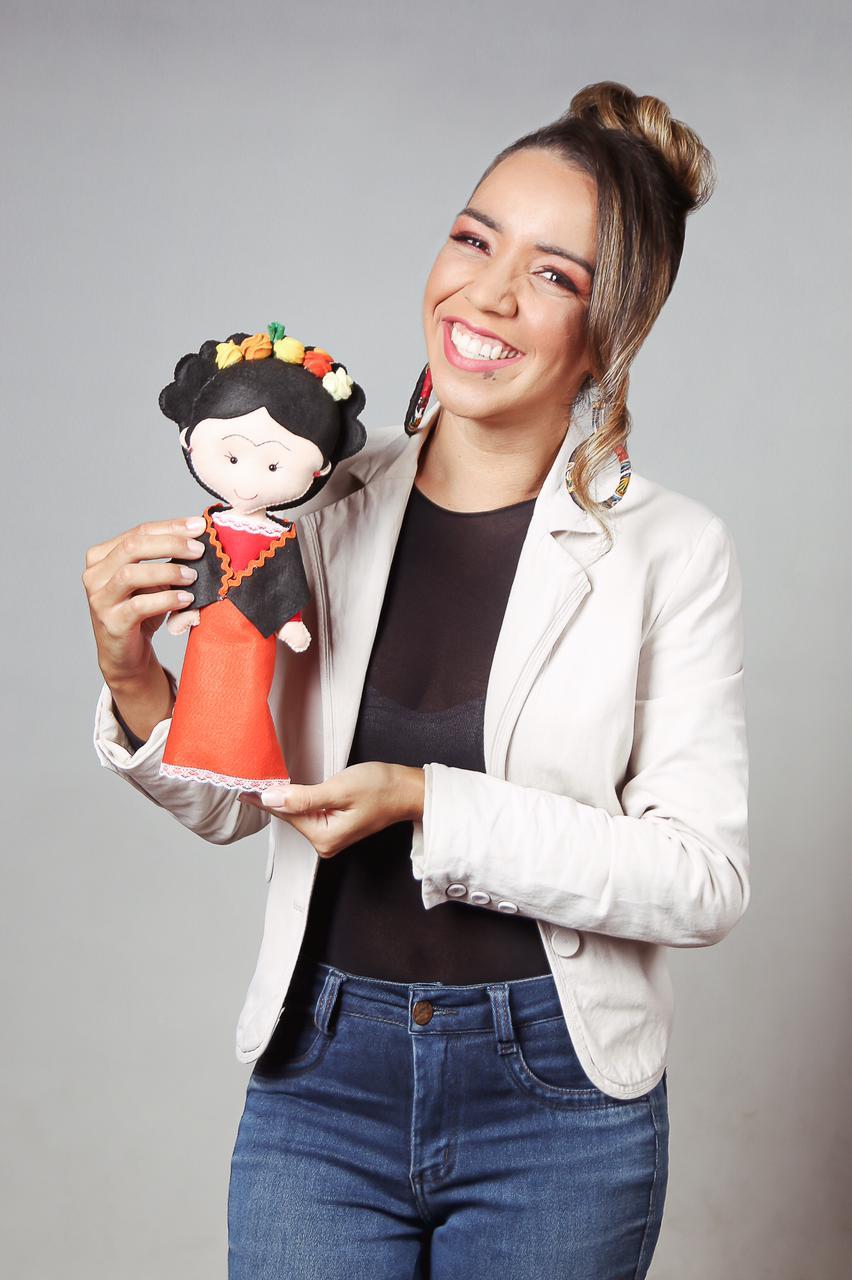 Laíra Alves mostrando produção artesanal especializada em feltro. Créditos da foto: Fernanda Maia Fotografia.