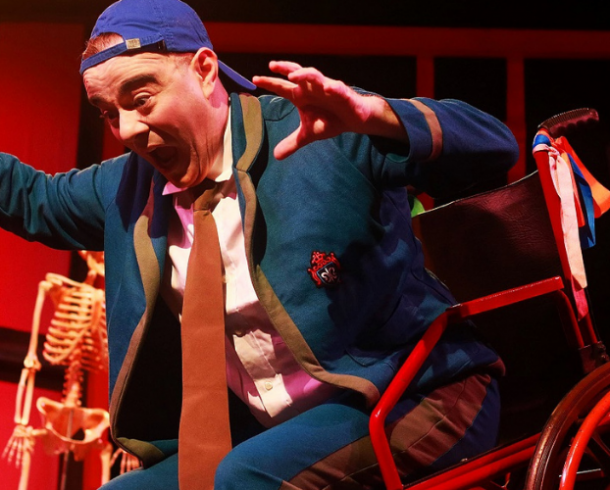 Em espetáculo de Fernando Lyra Jr. cadeira de  rodas não é limite para imaginação na hora do recreio